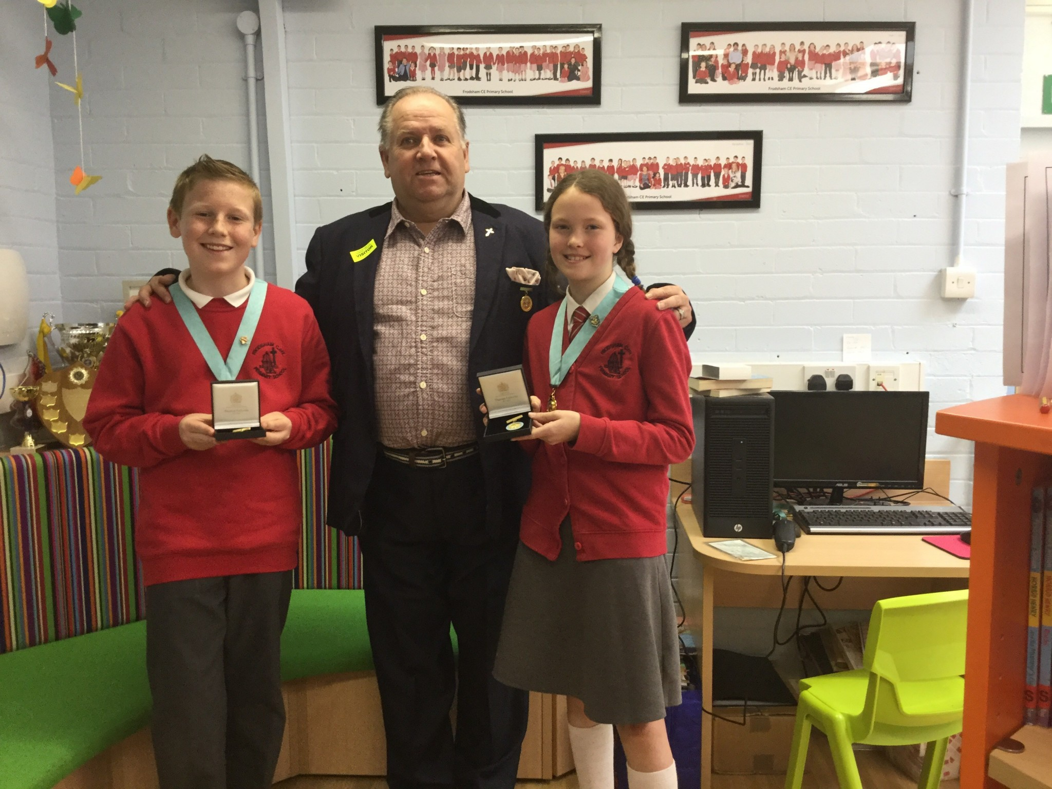 Past Mayor hands gifts to the Junior Mayors