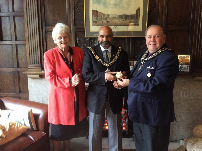 Lord Mayor of Nottingham in his Chambers with Fodsham Mayor and Mayoress